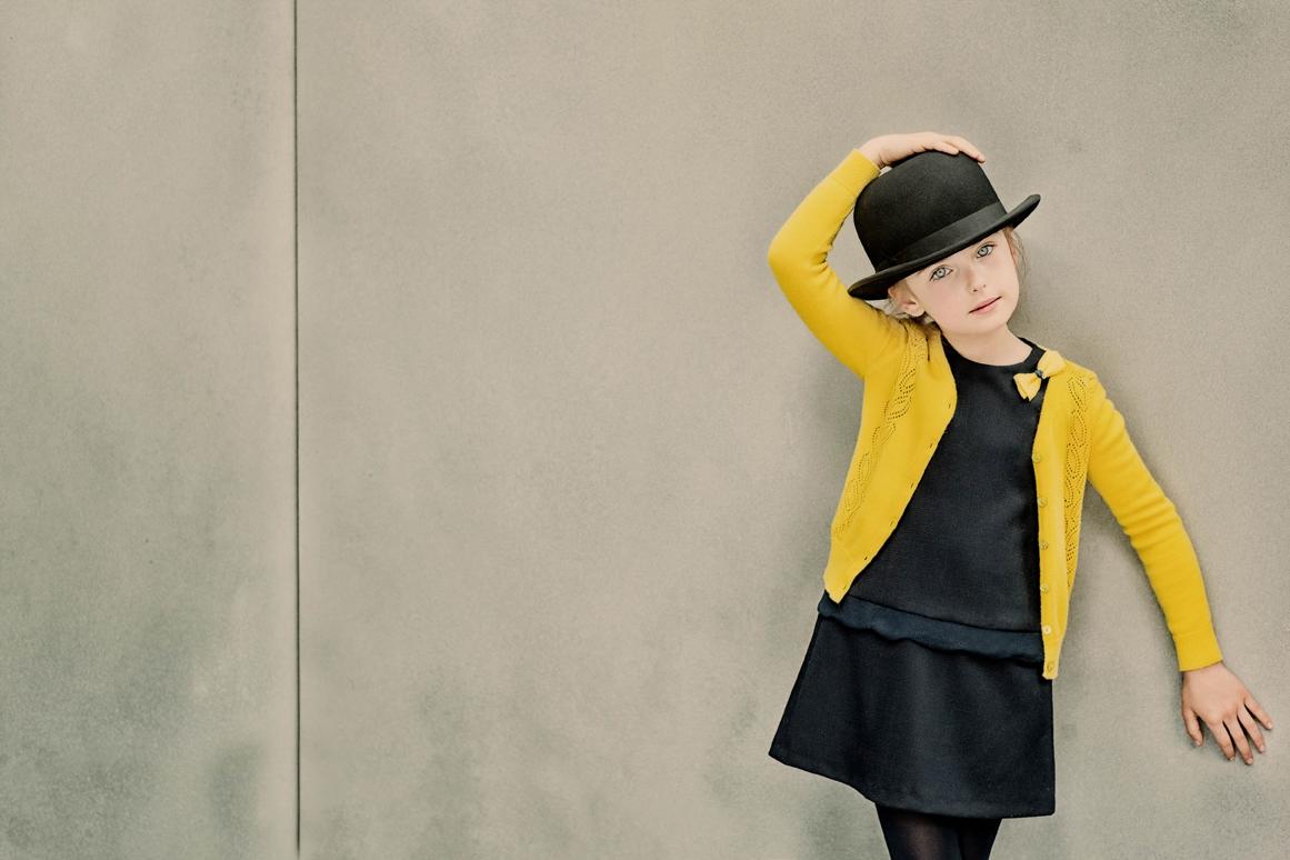 Cardigan jaune, à partir de 85€, robe chasuble avec noeud jaune, à partir de 110€ Tartine et Chocolat
