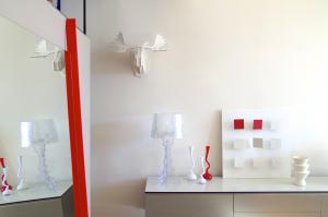 © Frédérique Guy - CONSOLE DANS LA PARTIE SALON, avec jeu sur les couleurs, entre le rouge et le blanc