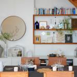 © Léonard de Serres - Une ambiance personnelle: L'art de mélanger des meubles Ikéa avec des objets chinés, des bibelots de créateurs tourangeaux achetés à La Boulangerie à Saint-Pierre des Corps.