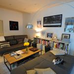 © Léonard de Serres - Canapés Cina, table basse AMPM, et meuble de récup en guise de bibliothèque, le tout éclairé par la lampe Arco du designer Achillle Castiglioni.
