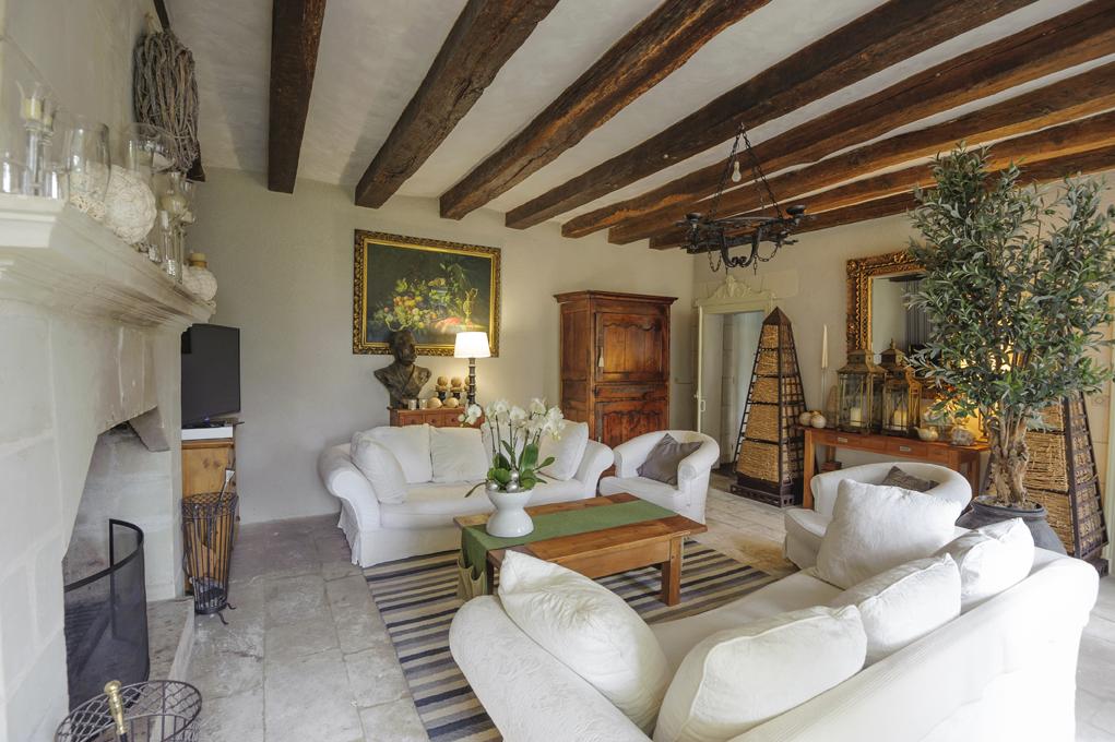 salon, avec à droite des meubles pyramides, insolites et rares. © Léonard de Serres