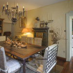 Pièces en enfilade : salle à manger/salon/bar. © Léonard de Serres
