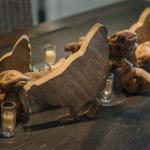 Poule en bois, une décoration sur la table de la salle à manger. © Léonard de Serres