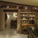 Cuisine principale, à moitié sous terre. Àcôté, un petit bureau souterrain.  © Léonard de Serres