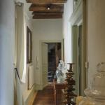 Couloir du premier étage. Aufond, un escalier du XVIIe siècle. © Léonard de Serres