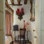 Chambre avec lit à baldaquin Louis XIII et éléments de brocantes.  © Léonard de Serres
