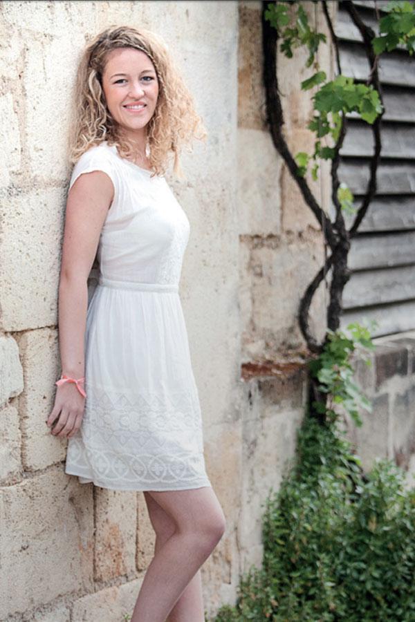 Robe blanche Ietta 199,90 € DES PETITS HAUTS Chaussures Léa métallisé ivoire 99 € MINELLI